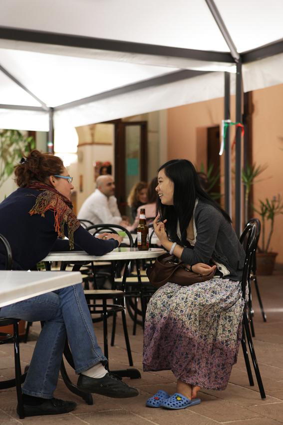 Momenti di convivialità durante il festival all'Hostel Marina
